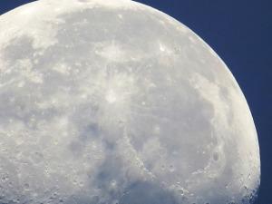 La luna gira hermosa y misteriosa. Fotografía tomada por Óscar Perdomo León