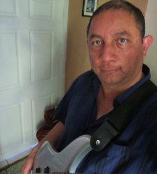 Óscar P. L. tocando el bajo eléctrico. 12909414_10208964997022958_8446800715424727504_o (1)