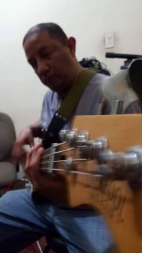 Óscar P. L. tocando el bajo eléctrico. 12990946_10209220338246329_5031210482591486071_n
