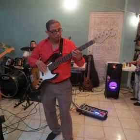 Óscar P. L. tocando el bajo eléctrico. 12998768_10209166892430217_2753181012706966826_n