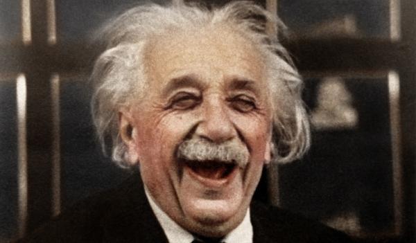 Albert Einstein ríe