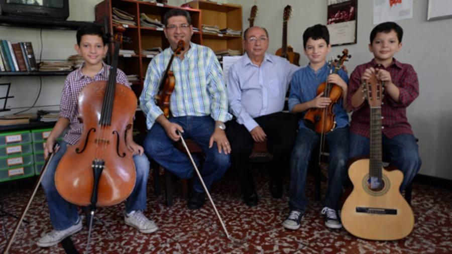 Cuatro generaciones de músicos, Santiago, Julio (hijo), Julio, Marcelo, con el legado del reconocido compositor José Napoleón Rodríguez