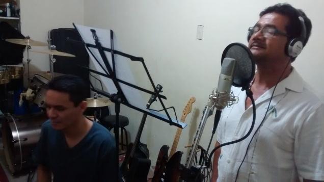 Fito Deras cantando y Arecio De León grabándolo