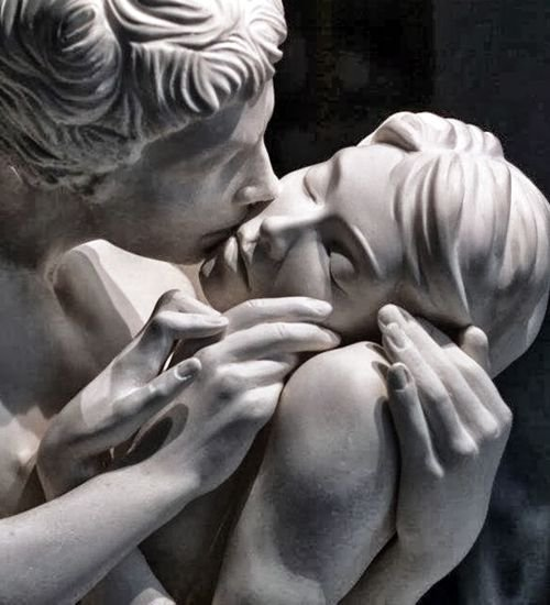 El beso. Escultura hecha por Yves Pires.